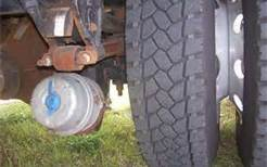 On a single-trailer vehicle with brakes released, what is the maximum air leakage in one minute?